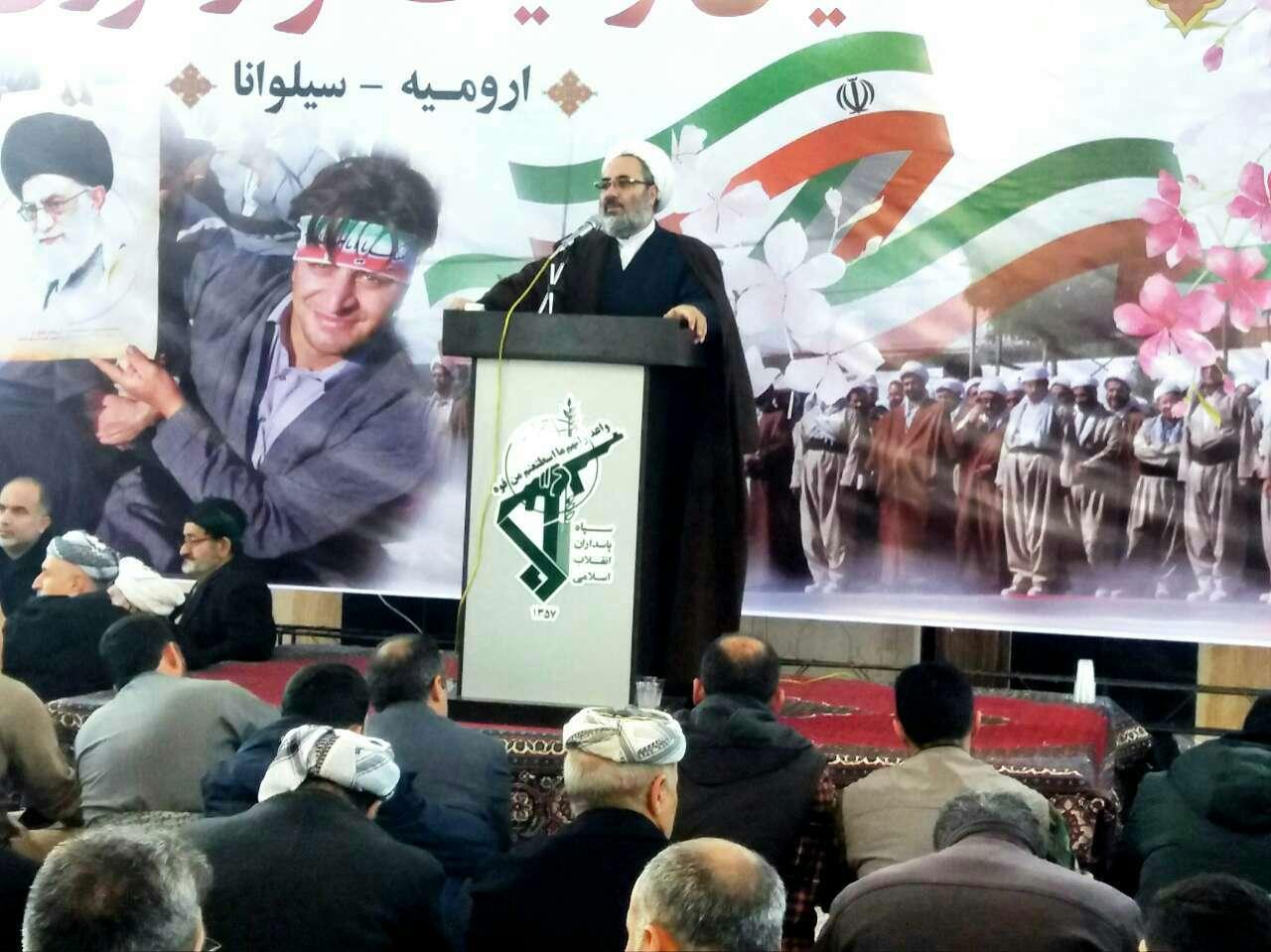 با همان صلابت ۴۰ ساله زیر سایه پرچم رهبر فرزانه انقلاب می ایستیم