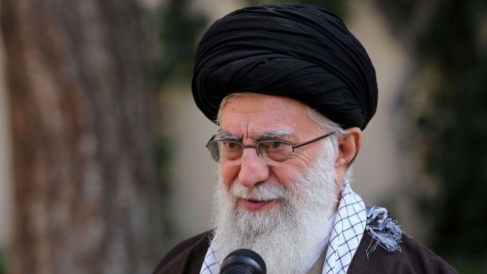 بهمناسبت روز درختکاری و هفته منابع طبیعی، رهبر معظم انقلاب اسلامی صبح امروز (سهشنبه) دو اصله نهال میوه غرس کردند.